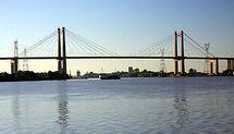 Argentine: un camion chute d'un pont de 45 mètres, le chauffeur miraculé