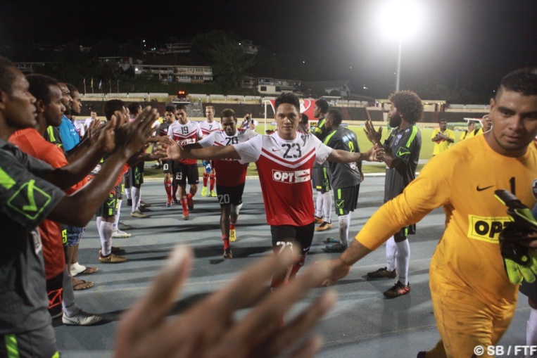 Une haie d'honneur a été faite par les joueurs calédoniens en fin de rencontre
