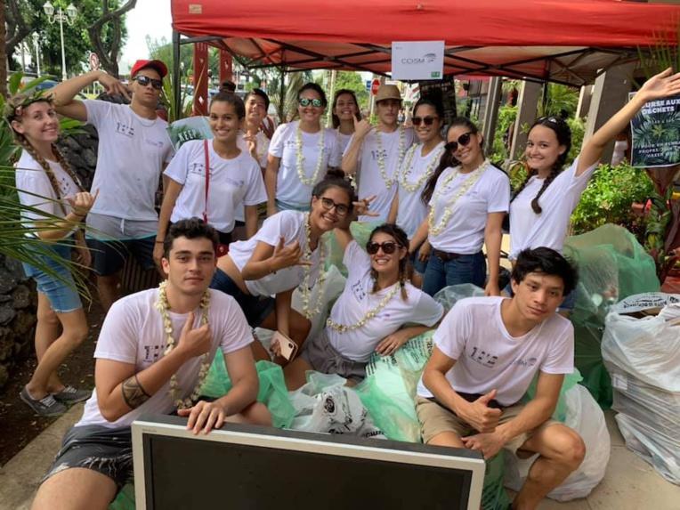 La chasse aux déchets était organisée par les étudiants de l'École de Commerce de Tahiti.