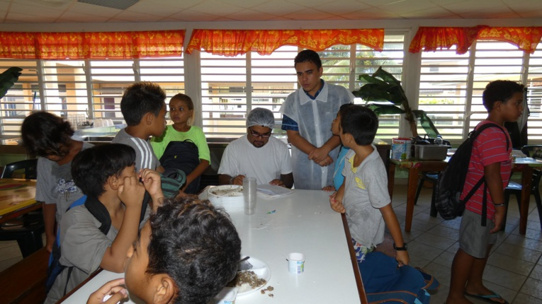 La semaine dernière, des techniciens, mandatés par le SPC, se sont donc rendus dans les écoles de Avera, Faaroa, Puohine et Opoa, communes associées de Taputapuātea pour impliquer les élèves et les agents à la réduction des déchets alimentaires.