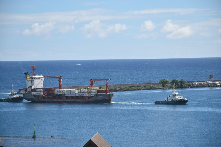 Le cargo en détresse à quai au port de Papeete