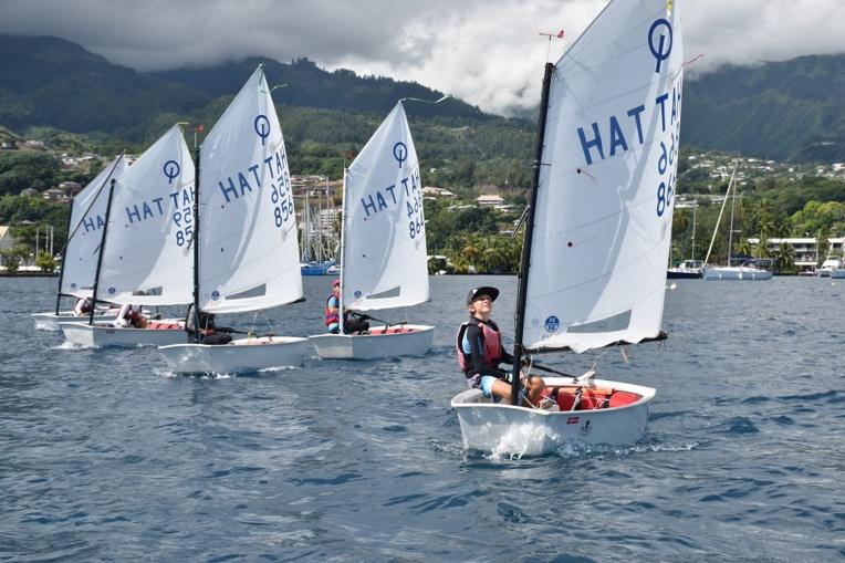 """Pour se préparer à ce grand rendez-vous les skippers en herbe s'entrainent régulièrement depuis septembre dernier, à raison de deux entraînements par semaine. """"Et puis quand il y a des vacances scolaires on fait des stages d'entrainement d'une semaine pour bien les préparer"""", explique Manu Rousseau, éducateur sportif au Yacht club de Tahiti."""