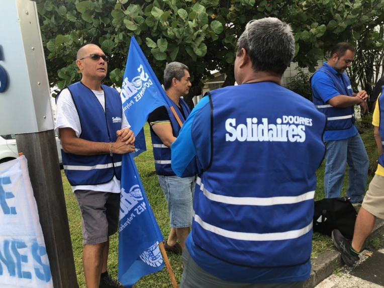 Une trentaine d'agents des services des douanes (brigades de surveillance et les bureaux du fret à l'aéroport de Tahiti-Faa'a essentiellement) étaient réunis ce jeudi devant le siège de leur direction à Fare Ute.