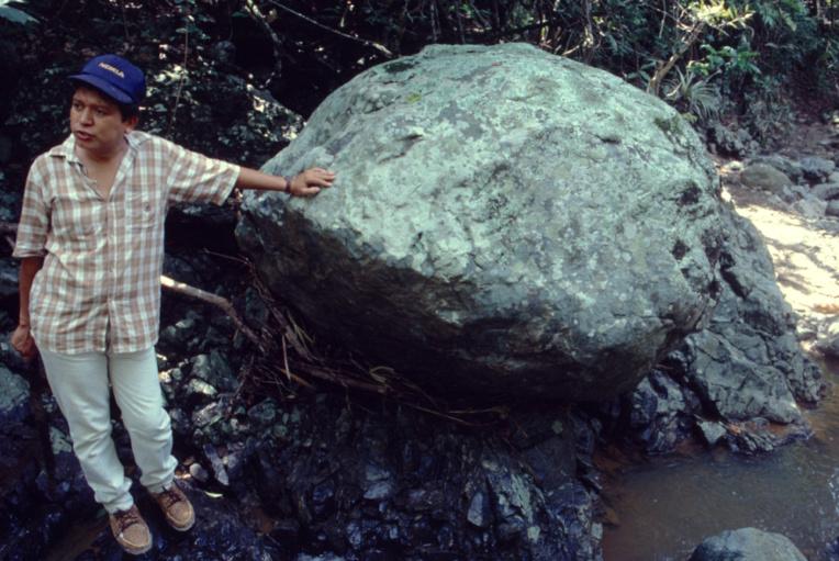 Un mineur dans le sud du Guatemala, où l'on a retrouvé depuis quelques décennies à peine la source du jade maya (rio Motagua). Il n'est pas appuyé contre un banal rocher mais à un énorme bloc de jade, impossible à déplacer.