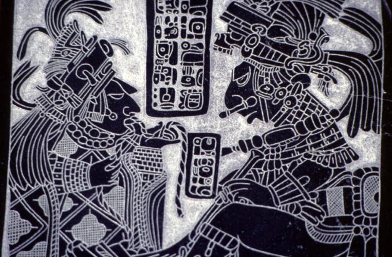 Reproduction d'une stèle maya représentant un souverain recevant un tribut.