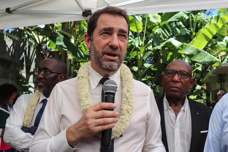 """A Mayotte, Castaner estime qu'il faut """"maintenir un haut niveau de pression"""" sécuritaire"""