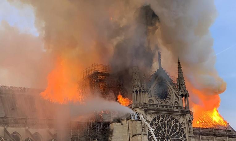 La cathédrale Notre-Dame de Paris ravagée par un incendie, Macron reporte son allocution