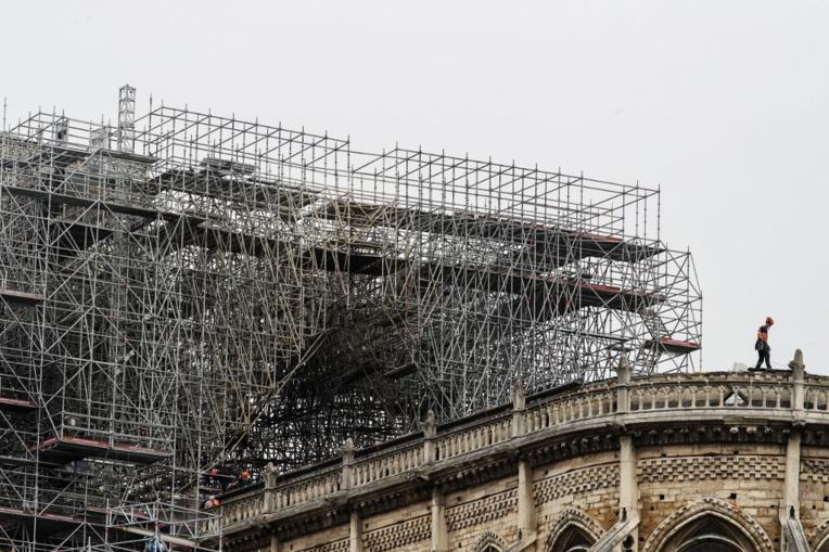 Début des travaux de bâchage de Notre-Dame de Paris