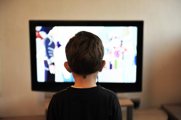 Conseils de l'OMS pour les tout-petits: moins d'écrans et plus de jeux