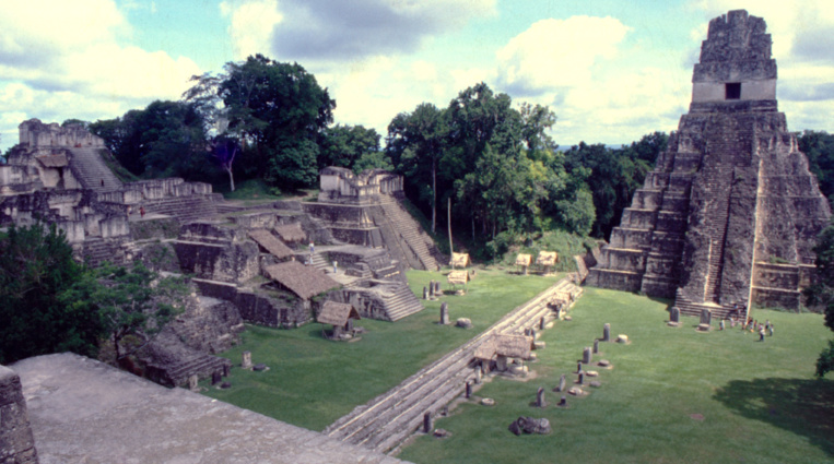 Vue du sommet du temple II, la place centrale de Tikal, avec le temple I à droite et les palais de l'acropole à gauche.