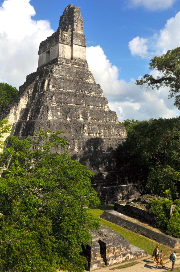 C'est le tourisme qui fait vivre toute la région autour de Tikal ; chaque jour, plusieurs liaisons aériennes amènent les visiteurs de fort loin pour découvrir la cité ; un minimum de trois jours sur place est nécessaire pour à peu près tout voir.