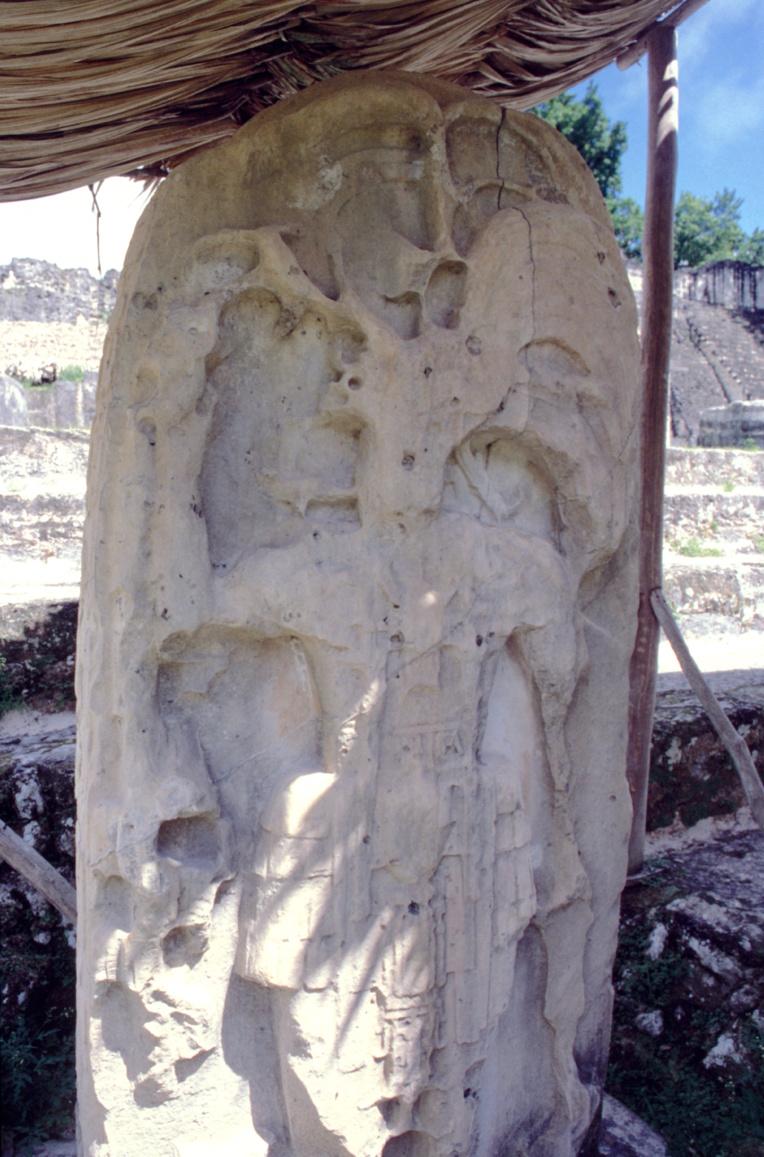 Protégée des intempéries, cette stèle montre à la fois le savoir-faire des sculpteurs mayas et en même temps la fragilité de la pierre taillée sur place, un grès crayeux. La stèle est appelée Kalompe Balam « Ruler Jaguar » et a été  dédicacée en l'an 527.