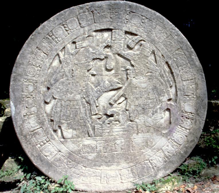 """Tikal sera-t-elle un  jour """"dissoute"""" par le temps ? Le grès crayeux qui constitue certains édifices se délite sous l'action de l'érosion et nécessite de permanentes restaurations. Ici une stèle ronde sur l'autel V."""