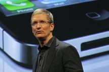 Le nouveau directeur général d'Apple, Tim Cook, ici photographié lors du lancement de l'iPhone 4 sur le réseau Verizon, le 23 février 2011. B.MCDERMID/REUTERS