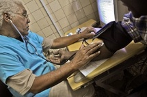 A La Havane, sur l'île de Cuba, un médecin contrôle la pression d'un patient AFP PHOTO/STR