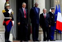 Les deux Secrétaires généraux, MM. Kamalesh Sharma (Commonwealth) et Abdou Diouf (OIF), lors d'une entrevue mercredi 5 octobre 2011 à l'Élysée avec Jean-Pierre Raffarin, ancien Premier ministre français