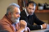 Le docteur Denis Fauconnier, aujourd'hui à la retraite, qui affirme que le nuage radioactif de Tchernobyl est à l'origine d'une contamination de la chaîne alimentaire qui a entraîné une augmentation des pathologies classées comme radio-induites en Corse, présente les résultats de ses recherches, le 2 avril 2011 à son domicile de Costa, en Balagne, en compagnie de Barthélemy, un jeune homme né au second semestre 1986 en Balagne et qui à déclaré par la suite une grave maladie du sang.