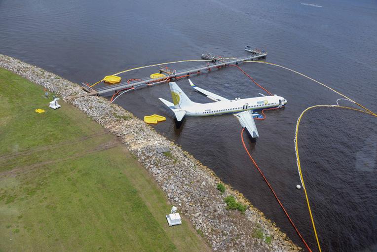 Un Boeing 737 finit son atterrissage dans un fleuve en Floride