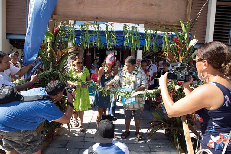 Mr Rudolph Tchong Fong, 2e adjoint de la commune, et Violetta Amaru Paradot, présidente de Raiatea Regatta, coupe le ruban d'inauguration de la régate. Crédits : Tor Johnson