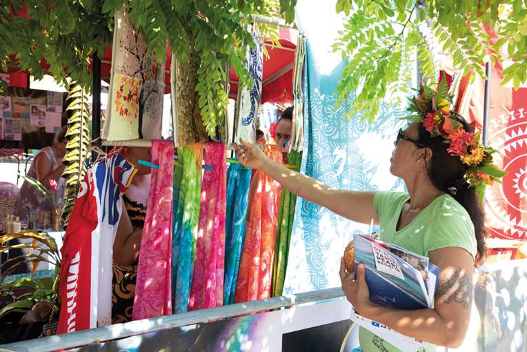 Les participants peuvent profiter des stands d'artisanat local du Village TPR. Crédits : Tor Johnson