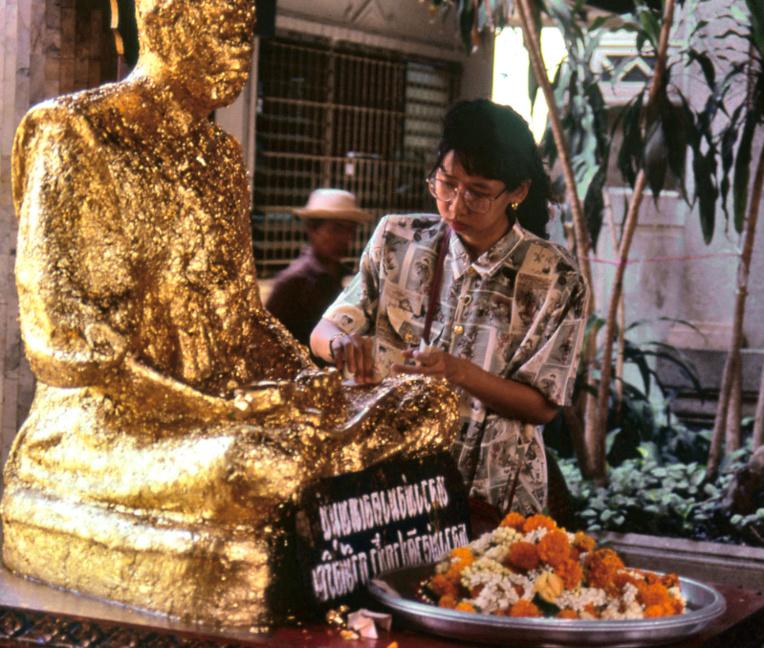 """Cette étrange """"momie"""" est un Bouddha en or massif, perpétuellement recouvert de feuilles d'or par les fidèles. Interdit de gratter avec ses ongles ! On regarde, on ne touche pas."""