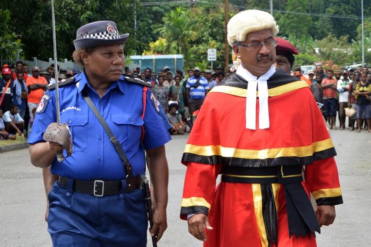 """""""Foncez!"""": une policière de haut rang appelle les Papouasiennes au sursaut"""