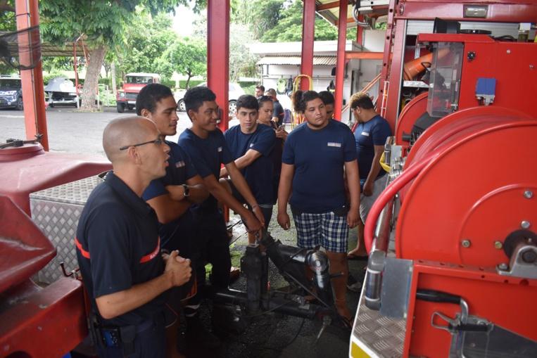 Une dizaine de cadets de la sécurité civile découvrent le métier de sapeurs-pompiers.