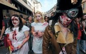 "Quelques 250 morts-vivants défilent à Bordeaux pour la ""zombie walk"""