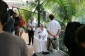 """Mathieu Kassowitz ( de dos) et Daniel Martin (assis) qui incarne le Ministre des affaires étrangères de l'époque Bernard Pons pendant le tournage de """"L'ordre et la morale"""" sur la terrasse de la Présidence à Papeete"""