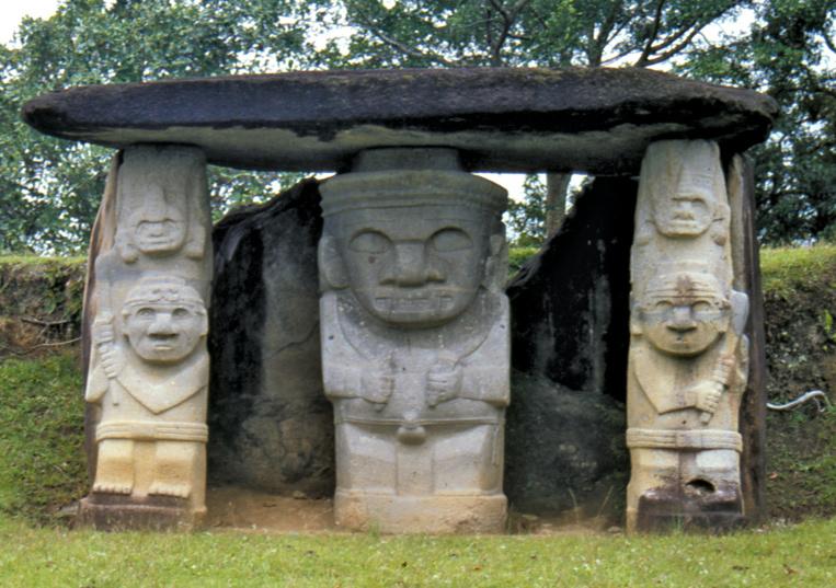 """Le groupe de statues le plus connu de San Agustin : ces """"tiki"""" colombiens sont presque toujours placés à l'entrée d'une sépulture, devant laquelle ils semblent monter la garde, menaçants."""