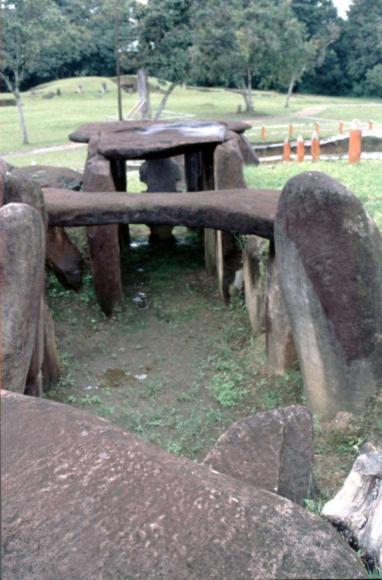 L'arrière d'une tombe, la photo étant prise au-dessus de la chambre funéraire : on voit nettement qu'un couloir aboutissait à l'entrée gardée par les statues.