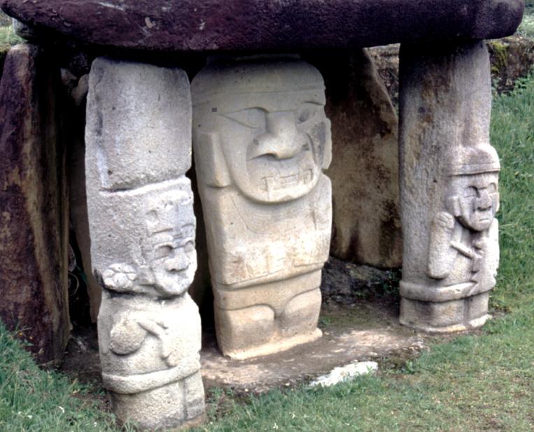 Sur la plupart des sites où plusieurs statues sont rassemblées, les Colombiens ont installé des abris destinés à éviter que l'érosion n'endommage trop la pierre.