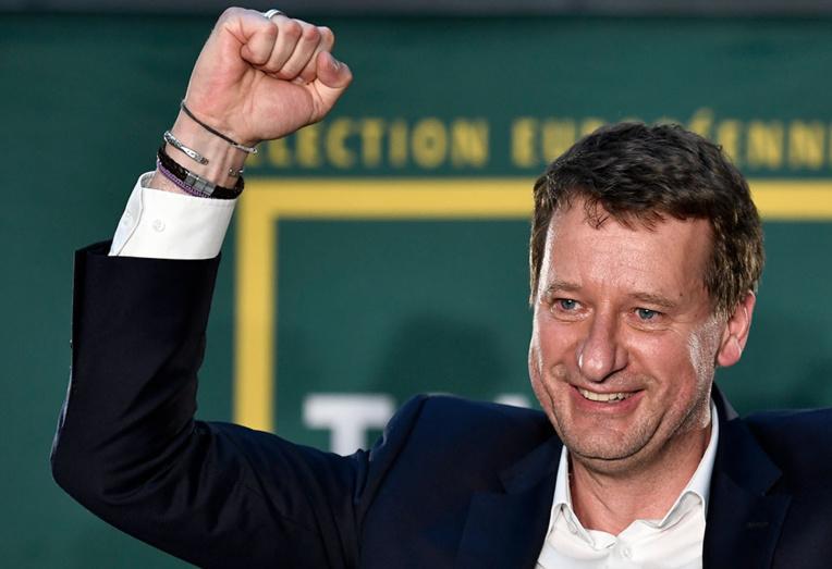 La tête de liste des écologistes, Yannick Jadot (EELV), s'est offert une inespérée troisième place avec environ 13% des suffrages.