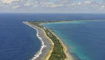 Les îles Tuvalu seront le premier Etat englouti si les émissions de Co2 ne sont pas réduites. Ici, l'unique piste d'atterrissage de l'aéroport de l'archipel, qui le relie au reste du monde, c'est-à-dire aux Fidji.