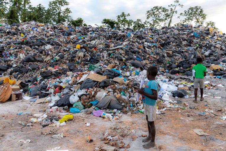 En Guyane, des décharges sauvages perdurent sur les rives du Maroni