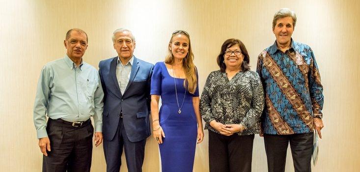 Les « Ambassadeurs de l'Océan » est un groupe international de dirigeants de haut niveau politique, réunis pour sauvegarder les écosystèmes marins - de gauche à droite James Alix Michel, Heraldo Munoz, Dona Bertarelli, Carlotta Leon Guerrero et John Kerry (crédit Pew)