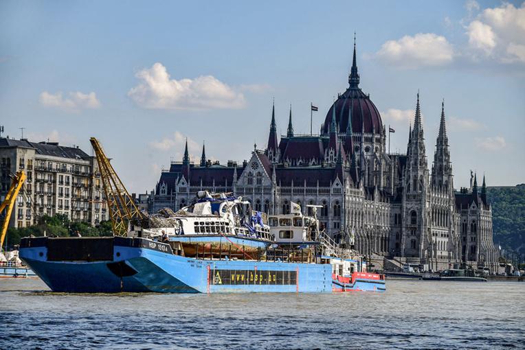 Hongrie: le bateau naufragé tiré de l'eau avec ses victimes