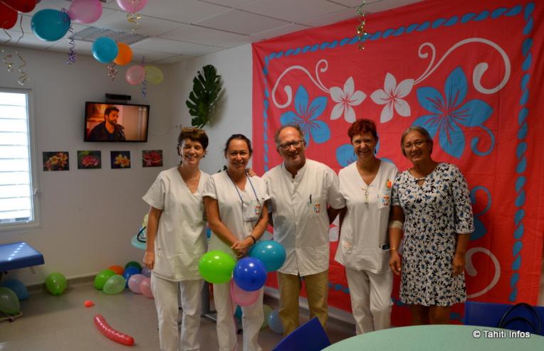 Le Dr Mallet entouré des infirmières du CTS et de la donneuse de sang Tania. Le centre a été décoré pour fêter les donneurs et accueillir le grand public !