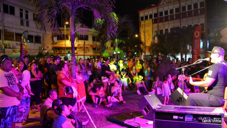 Le concert gratuit de Maruao a attiré du monde vendredi soir à la boutique Mehetia du centre-ville
