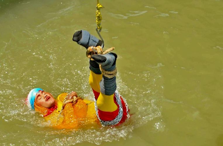 Un magicien indien rate son évasion dans le Gange