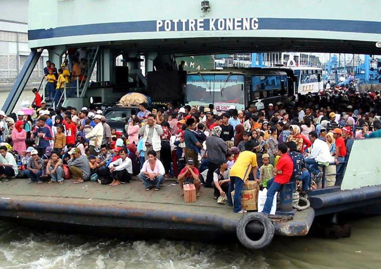 Photo d'archives d'un ferry en partance pour l'île de Madura.