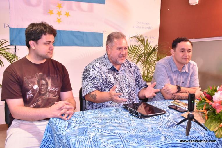 Moetai Brotherson en compagnie de ses deux attachés parlementaires, Tehaurii Taimana et Steeve Chailloux.