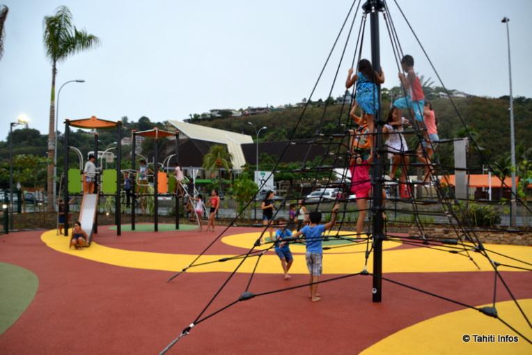 Le Parc Vaipoopoo contient des espaces de loisir pour les enfants, mais aussi des agrès pour les sportifs, une petite plage et une esplanade pour des roulottes ou des événements.