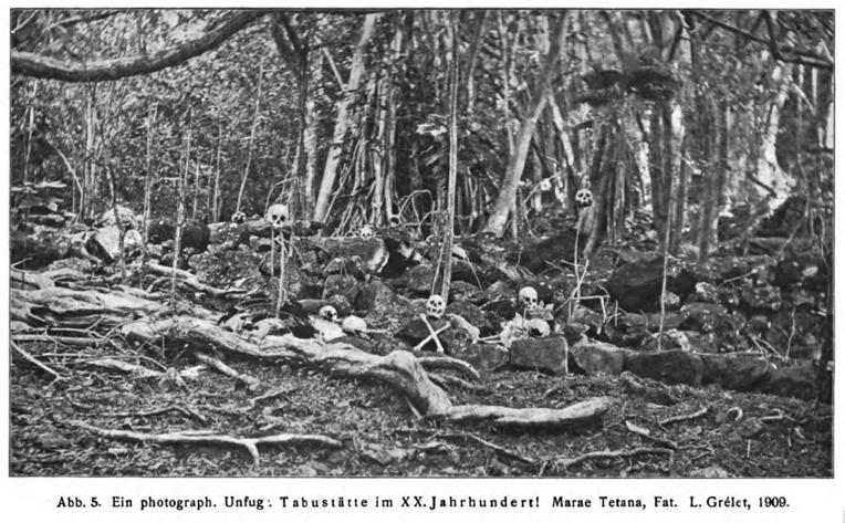 Un marae marquisien; la photo date de 1909 et a été prise par Louis Grélet. Les crânes ont été disposés artificiellement, comme pour une mise en scène volontairement morbide et «sauvage».