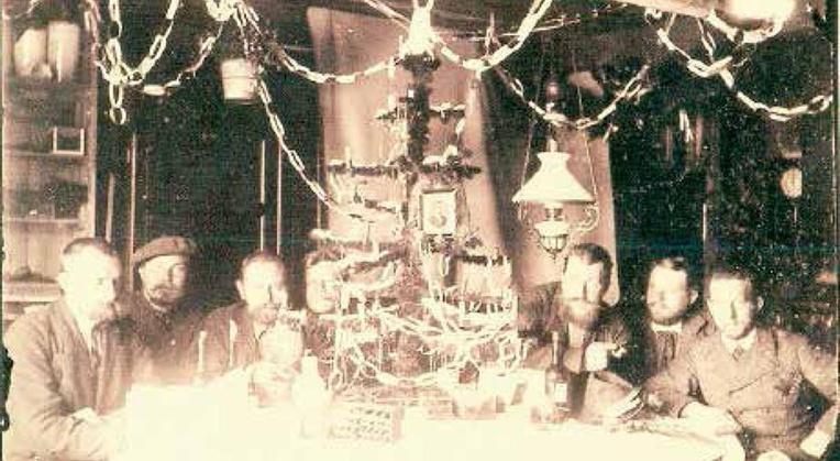 Noël 1882 dans la Georgie du Sud (Antarctique). Von Steinen est le troisième à partir de la gauche.