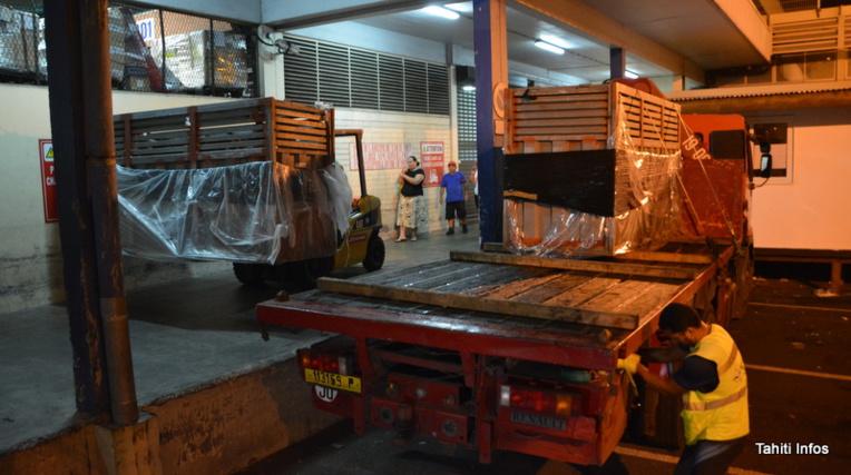 """Après avoir fait le voyage en avion depuis Nouméa enfermés dans ces caisses en métal, les deux jeunes taureaux étaient impatients de retrouver leur liberté de mouvement, meuglant régulièrement. Les douanes ont donc hébergé deux """"boites à meuh"""" géantes pendant quelques heures… Elles ont finalement été chargées sur un camion en direction de Taravao."""