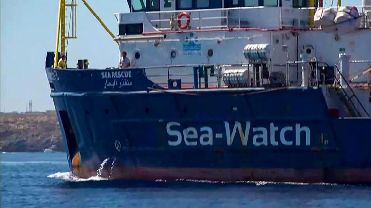 Migrants: le Sea-Watch force le blocus des eaux italiennes