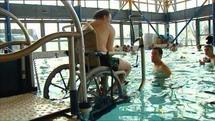 """Un """"ascenseur aquatique"""" inédit pour handicapés présenté à Vierzon"""