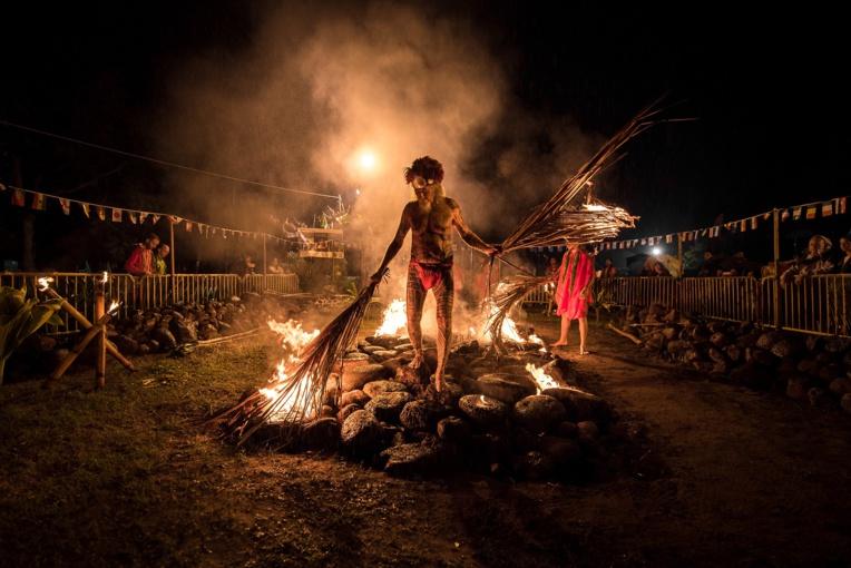 """""""Le feu est un élément destructeur et de transformation qui a des bienfaits sur l'homme"""", explique le grand prêtre Raymond Teeriierooiterai Graffe. (Photo : Tahitiscape Photography)"""