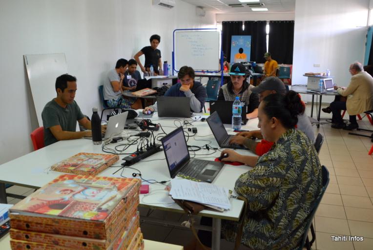Les 14 élèves du Tahiti Code Camp terminent leur formation intensive de 10 semaine au code logiciel, algorithmique et web. La formation était gratuite, cofinancée par le ministère en charge du Numérique, le ministère de la Famille et des Solidarités du Pays et par la Grande Ecole du Numérique en métropole.
